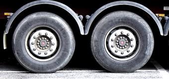Criminosos invadem oficina e furtam dois caminhões e um carro de passeio