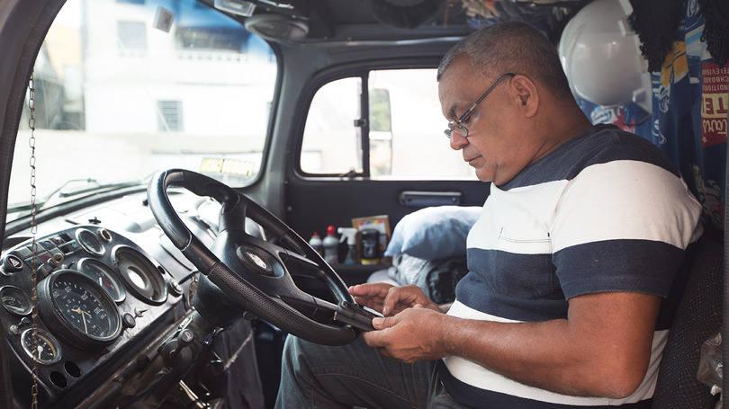 size_810_16_9_caminhoneiro-usando-app-para-encontrar-cargas