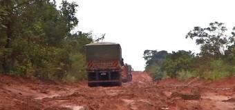 Atoleiros fazem caminhoneiros demorarem até 10 dias para percorrer os 710km da BR-163