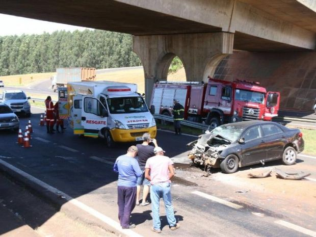 Carro bateu na traseira de caminhão (Foto: J. Serafim / Divulgação)