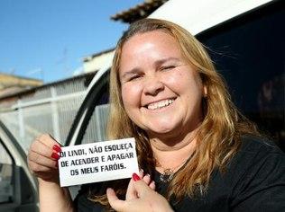 Wilson Dias/Agência Brasil A motorista Lindi Silva fez adesivos para lembrar de acender e apagar o farol de seu carro