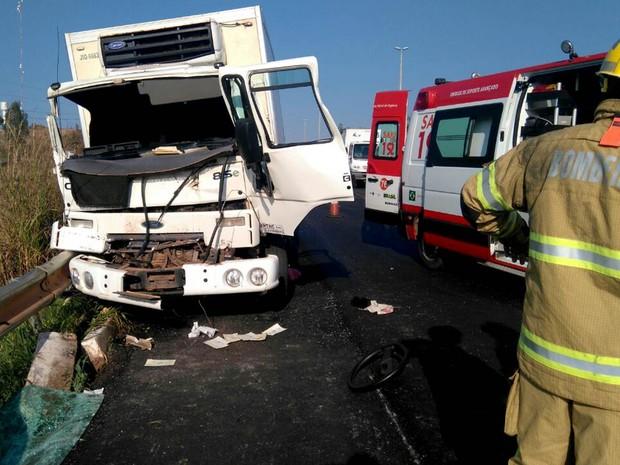 Frente de caminhão ficou destruída após se chocar contra outro veículo na BR-020 na manhã desta quinta-feira (18) (Foto: Corpo de Bombeiros/Divulgação)