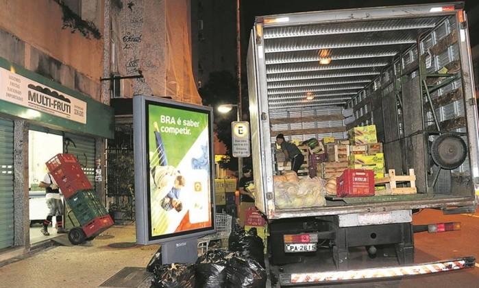 Em Copacabana, caminhão descarrega após fechamento de mercado por causa da restrição de horário: transportadoras reclamam de prorrogação das novas regras - Marcelo Carnaval Leia mais sobre esse assunto em http://oglobo.globo.com/rio/prefeitura-mantera-restricoes-circulacao-de-caminhoes-no-rio-20122178#ixzz4KnbnLn7e  © 1996 - 2016. Todos direitos reservados a Infoglobo Comunicação e Participações S.A. Este material não pode ser publicado, transmitido por broadcast, reescrito ou redistribuído sem autorização.