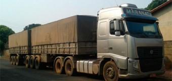 Caminhões bitrens transportam cana sem lona de proteção em rodovias de Araçatuba