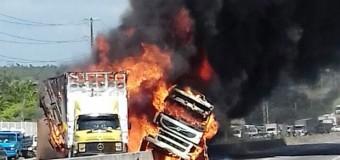 Caminhões batem e pegam fogo na BR-304, na Grande Natal