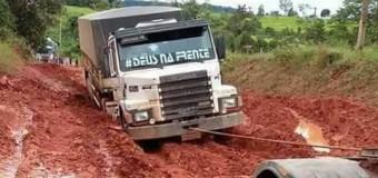 Atoleiros em rodovias no Nortão e Noroeste isolam municípios; carretas com alimentos e combustível ficam paradas