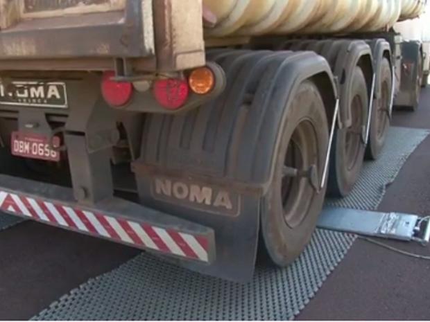 O equipamento de pesagem utilizado pelo Dnit pode ser instalado em diversos pontos de uma rodovia (Foto: Reprodução/TV RPC Cascavel)