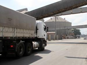 Caminhões-no-Porto-de-Paranaguá-e1486548462268-300x225