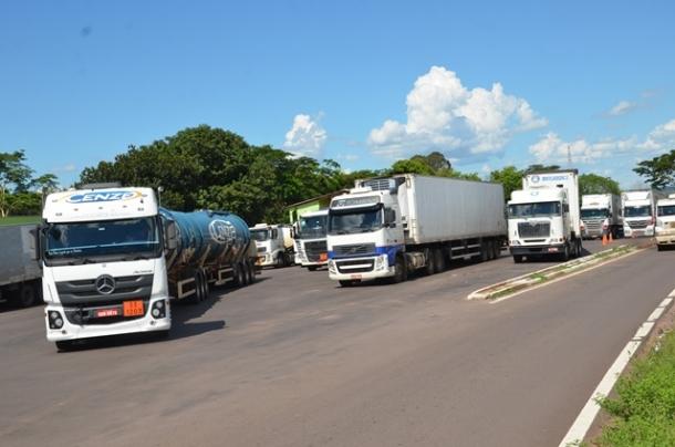 Motoristas ficam horas esperando atendimento no posto fiscal de Três Lagoas; governo do Estado diz que trabalha para melhorar atendimento e acabar com burocracia  (Foto: Cláudio Pereira)