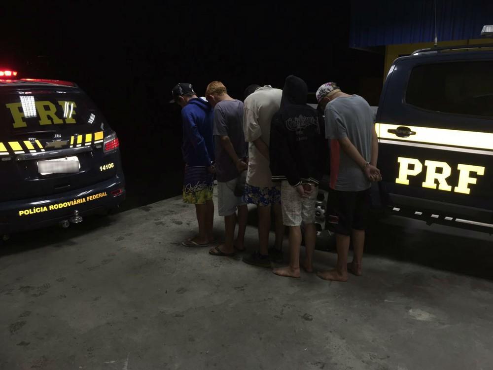 PRF prendeu quatro adultos e apreendeu um adolescente (Foto: Divulgação/PRF)