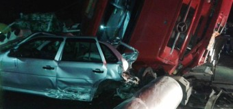 Batida entre carro e três caminhões deixa ferido na Via Dutra, em Porto Real, RJ