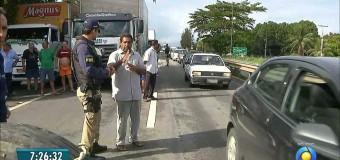 Protesto de caminhoneiros interrompe trânsito em rodovia na Paraíba