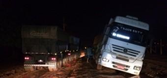 Atoleiro em estrada atrapalha tráfego e prejudica caminhoneiros