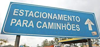 Área para caminhões durante restrição de tráfego no Anel Rodoviário é insuficiente