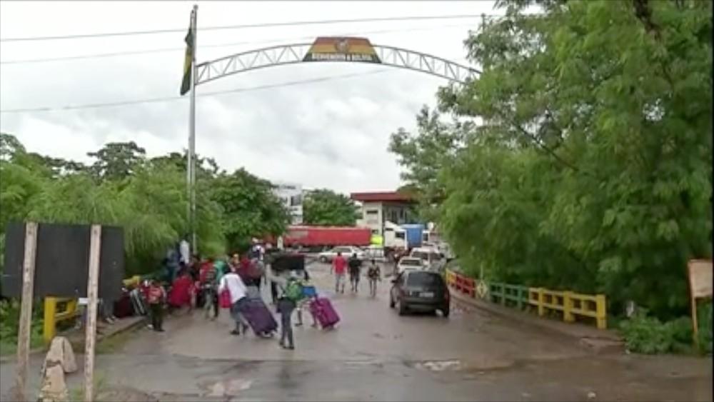 Fronteira entre Brasil e Bolívia, em Corumbá (MS), é fechada por caminhoneiro bolivianos em protesto contra ação de Evo Morales (Foto: Reprodução/TV Morena)