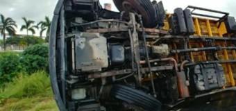 Caminhões tombam em rodovias federais; uma pessoa morre