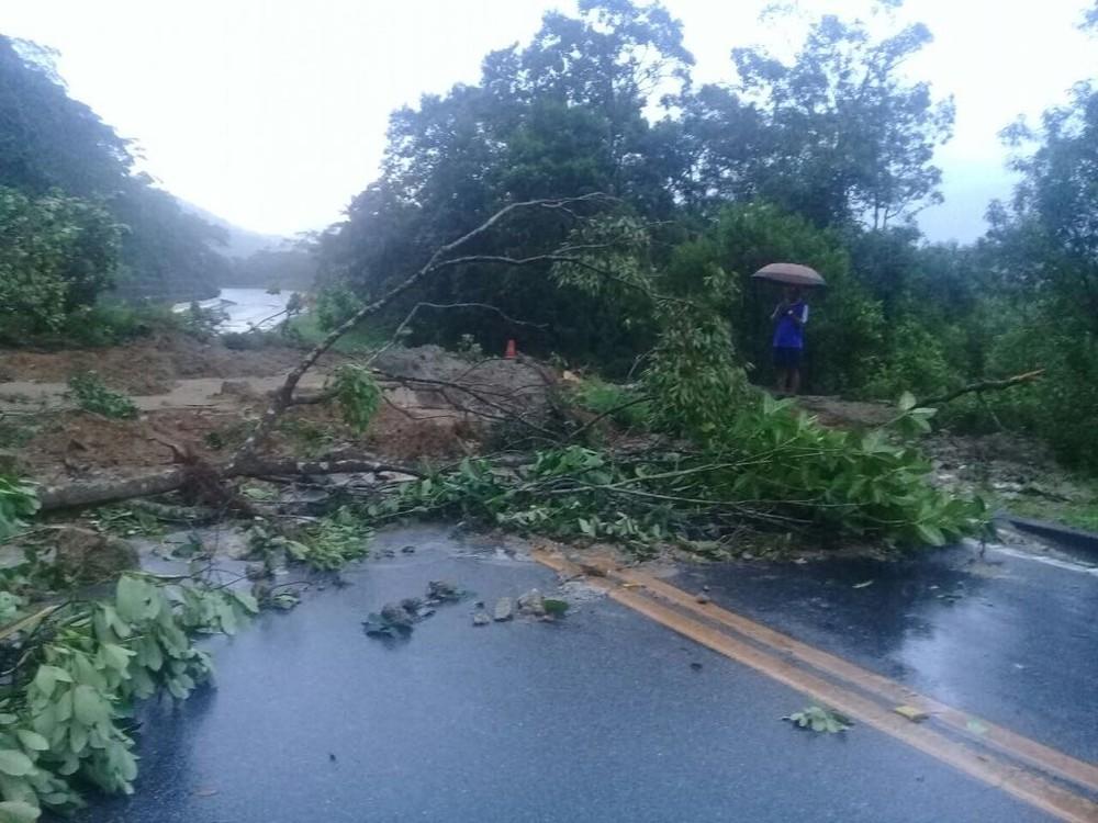 Deslizamento interditada passagem no km 88, em Bertioga (SP). (Foto: G1)