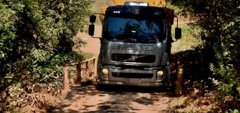 Caminhoneiros desrespeitam limite de peso em caminho alternativo após queda de ponte na BR-265