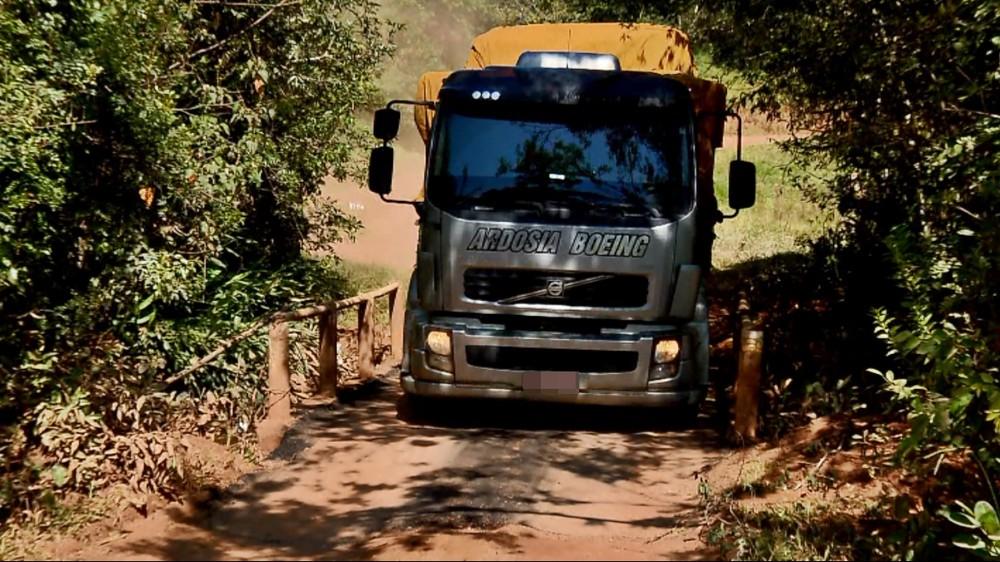 Motoristas desrespeitam limite de peso em ponte alternativa em Nazareno (Foto: Reprodução EPTV)