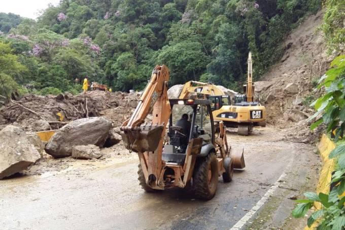 Queda de barreira interdita Rodovia Mogi-Bertioga, em São Paulo, em fevereiro (DER/SP/Divulgação)