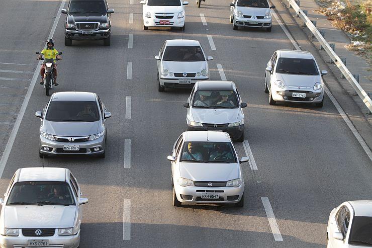 FORTALEZA, CE, BRASIL, 23-09-2015: Movimento de carros (trânsito) na BR-116, Km 2. Vias mais perigosas da rodovia federal - BR-116. (Foto: Camila de Almeida/O POVO)