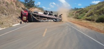 Dois caminhões tombam na BR-251 no Norte de Minas; um dos motoristas estava embriagado