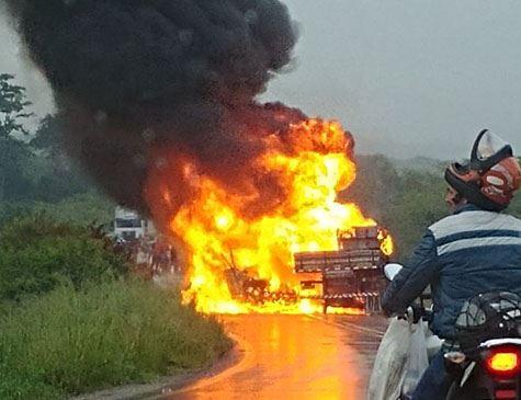 Acidente entre dois caminhões deixa três pessoas mortas em Caruaru Foto: Cortesia/WhatsApp