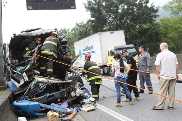 Bombeiros tiveram dificuldade para retirar o corpo do motorista das ferragens (Foto: Nirley Sena/AT)