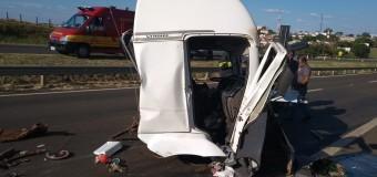 Cabine de caminhão se solta com impacto de colisão na Marechal Rondon em Lins