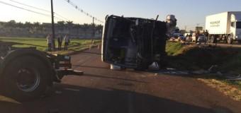 Um morre e 13 ficam feridos em acidente entre ônibus e caminhão