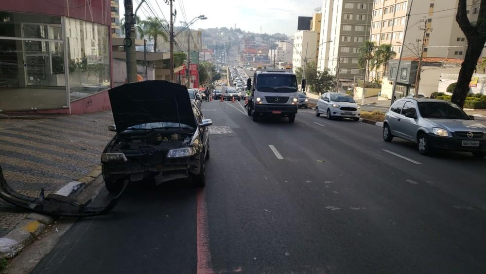 Carro ficou danificado e um engarrafamento se formou na Avenida Dr. Moraes Sales após o acidente envolvendo um caminhão, em Campinas. (Foto: Felipe Boldrini/EPTV)