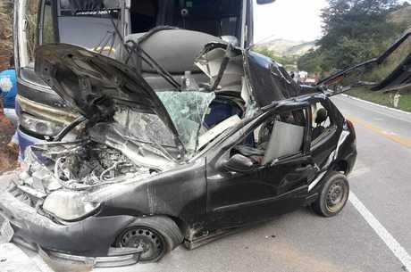 Carro ficou destruído em Teófilo Otoni Divulgação / Polícia Militar