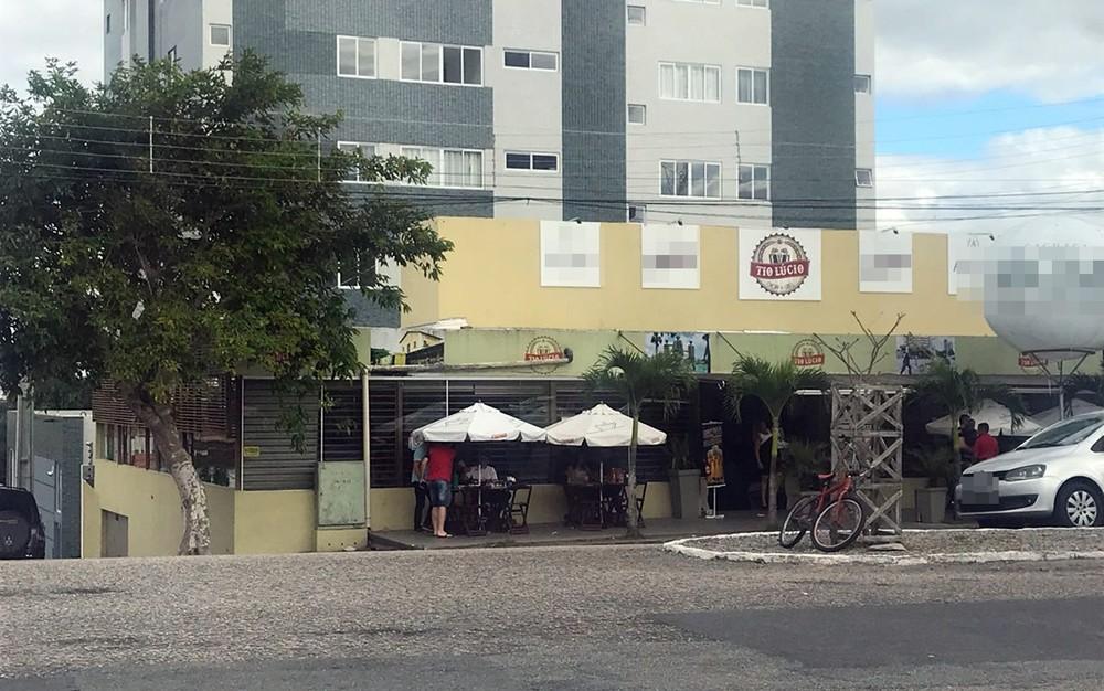Batida destruiu parte de cobertura na frente do bar, mas estabelecimento funcionou normalmente. (Foto: Artur Lira/G1)