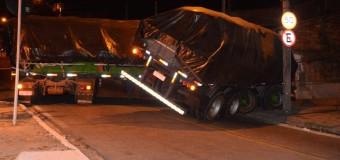 Caminhão bitrem não consegue subir rua e interdita o trânsito em Sorocaba