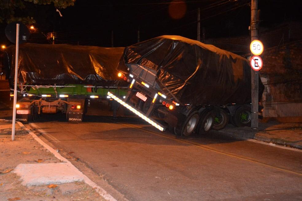 Caminhão carregado com fertilizante tombou em Sorocaba (Foto: Julio Leite/Arquivo Pessoal)