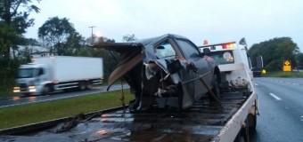 Carro é partido ao meio após acidente com caminhão no RS