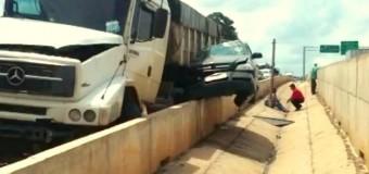 Caminhões 'espremem' carro contra muro de rodovia em Limeira, SP