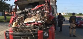 Motorista fica gravemente ferido após batida entre caminhões na PB