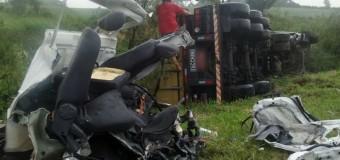 Acidente entre dois caminhões e uma caminhonete mata uma pessoa no PR
