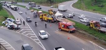 Motorista fica ferido em colisão entre dois caminhões em Araçariguama