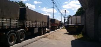 Mais de 200 caminhoneiros fecham entrada do Porto de Vila Velha