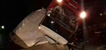 Acidente grave entre caminhões mata motorista no Litoral