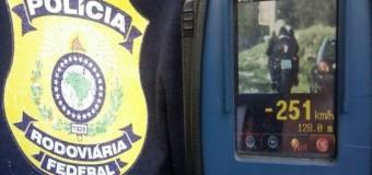 Polícia flagra motociclista a velocidade recorde em estradas: 251 km/h