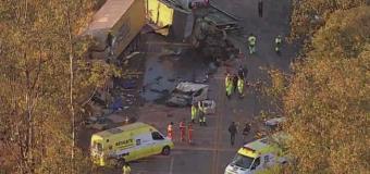 Batida entre duas carretas e ônibus mata três na BR-040, em Itabirito