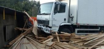 Jovem morre em batida entre carro e dois caminhões na BR-470