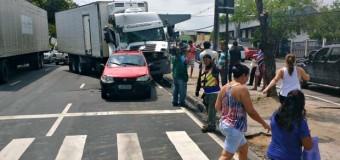 Colisão entre caminhões e carros deixa trânsito lento em via de Manaus