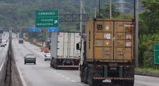 Contra excesso de jornada, operação fiscaliza e autua caminhões em Guarujá