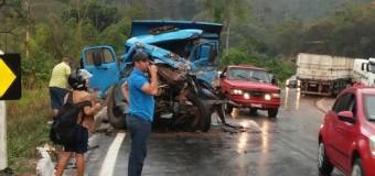 Caminhões colidem na BR-262 em Viana e uma vítima morre