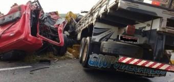Acidente entre dois caminhões deixa quatro feridos no ES
