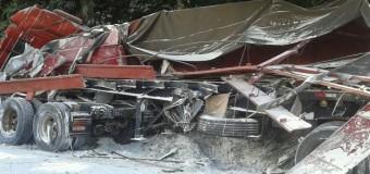 Acidente entre dois caminhões mata motorista e interdita via em Itararé